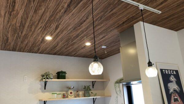 高さを変えた天井とウッドデッキで開放感のあるリビング